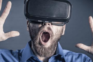 Homme avec un casque virtuel pour montrer les nouvelles methodes de sélection des candidatures