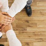 personnes qui croisent leurs mains car elles font du recrutement collaboratif